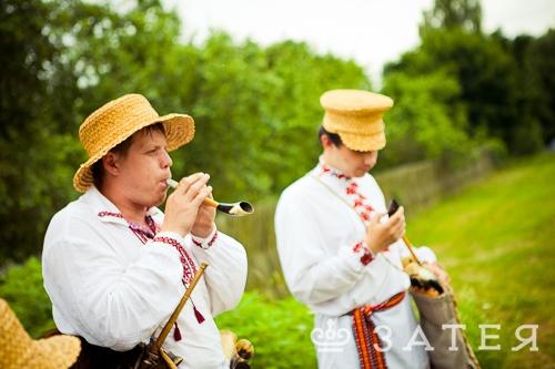 музыкальный коллектив в народных костюмах