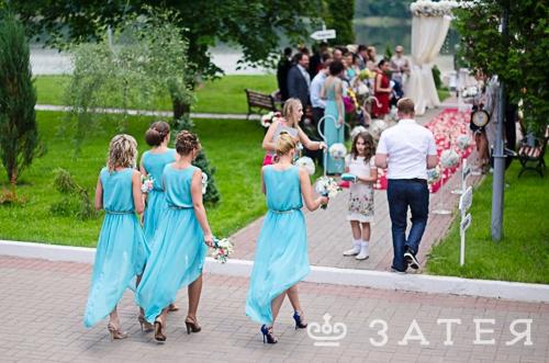 подружки невесты в одинаковых платьях на свадьбе