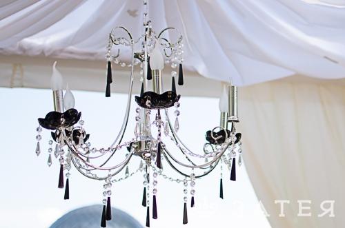 люстра в шатре на свадьбе