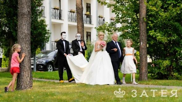 папа ведет невесту на свадьбе