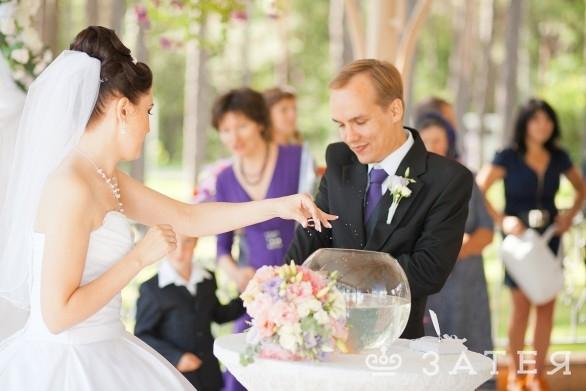 невеста одевает кольцо