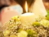 композиция из цветов со свечей