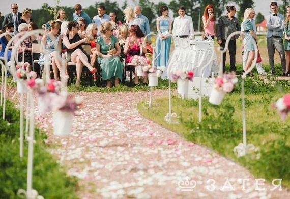 дорожка из лепестков роз на свадьбе