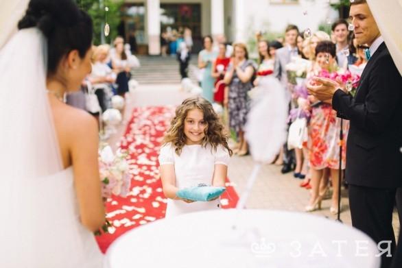 девочка несет подушку на свадьбе