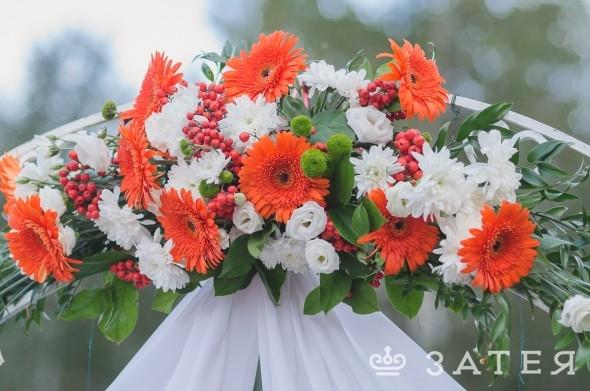 арка с живыми цветами на свадьбе