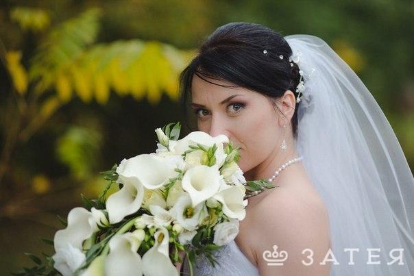свисающий свадебный букет