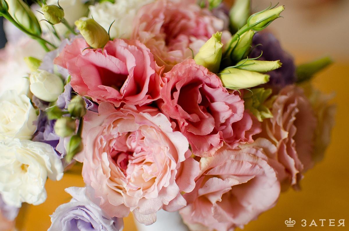 розовая эустома в свадебном букете